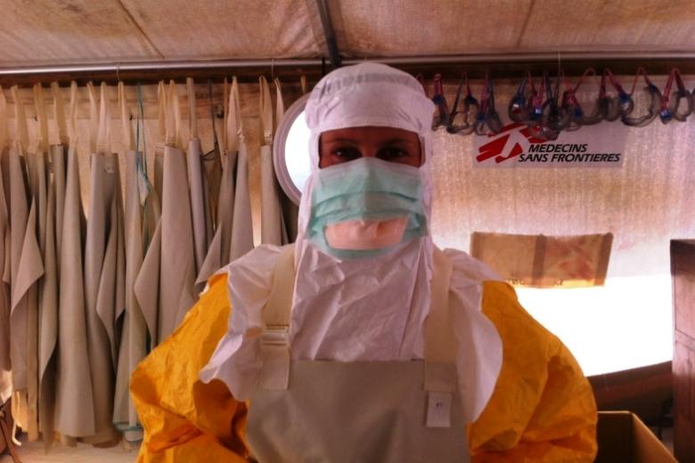Sjuksköterskan Anna Sjöblom i skyddsglasögon, gul skyddsrock och munskydd i ett tältsjukhus i Guinea under ebolaepidemin