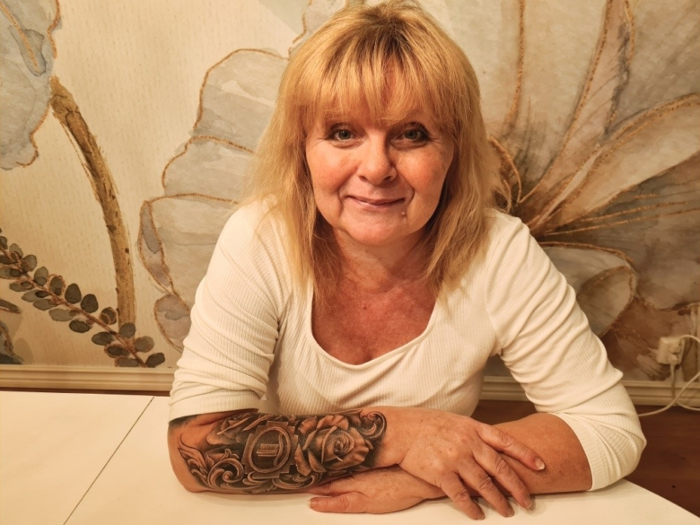 Anneli Svanström, sjuksköterska, har tatuerat sin sjuksköterskebrosch på armen.