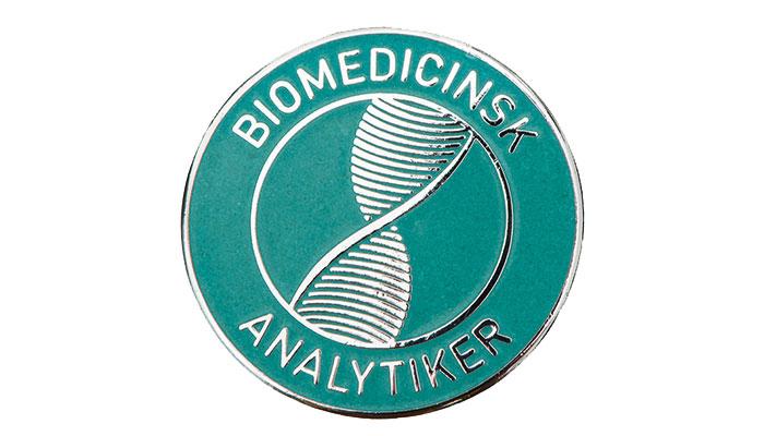 Många olika broscher för biomedicinska analytiker
