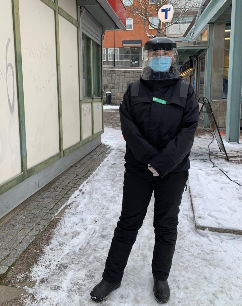 Sjusköterskan Alexandra Löfberg i svarta kläder.munskydd och visir