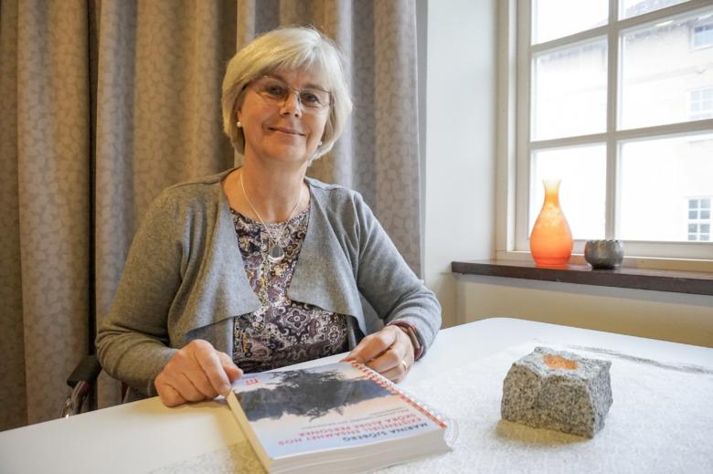 Marina Sjöberg med sin avhandling om existentiell ensamhet.