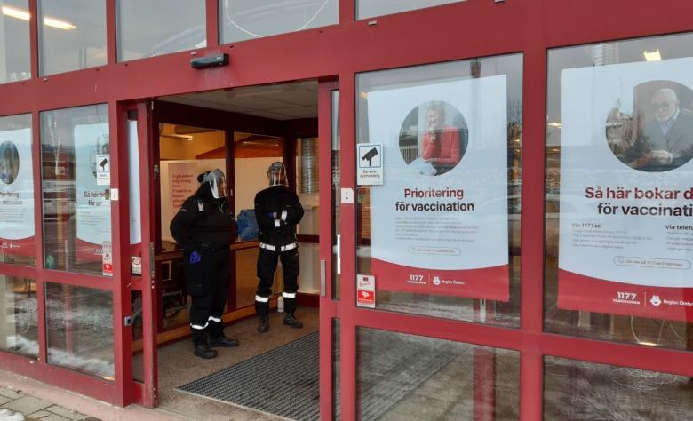 Vakter i dörren till vaccinmottagningen i Hallsberg.