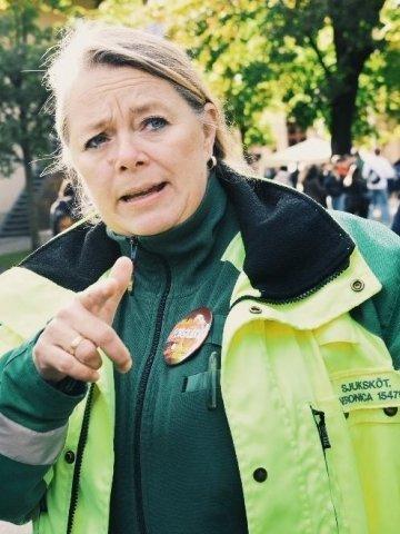 Veronica Lindström docent och specialistsjuksköterska i ambulanssjukvården i ambulanskläder