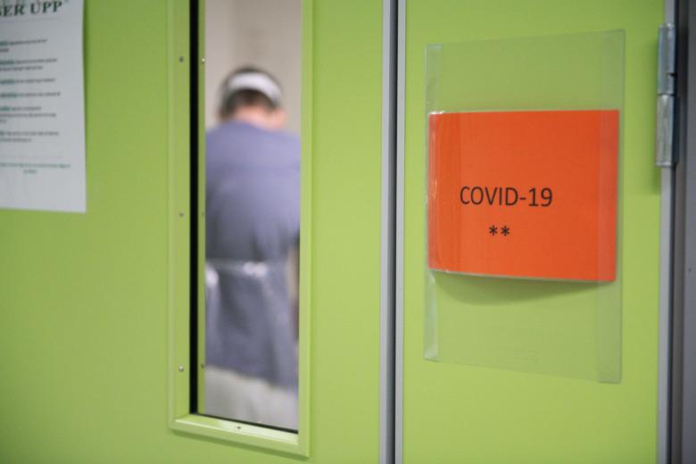 Sjukhusdörr med skylten Covid-19