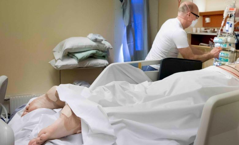 Intensivvårdssjuksköterskan Torbjörn Camnérus kontrollerar en patient som ligger i bukläge.