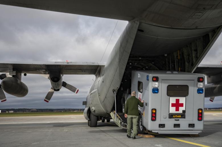 En ambulans som kör i ett Herkulesplan