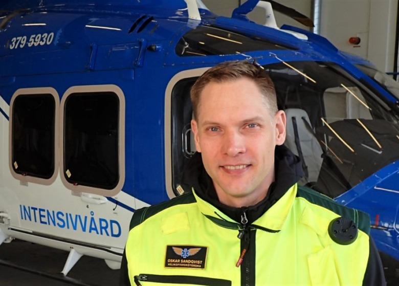 Specialistsjuksköterskan Oskar Sanqvist utanför iva-helikoptern