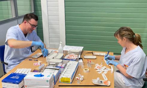 Sjuksköterskorna David Abrahamsson och Kati Knudsen bereder dagens vaccin