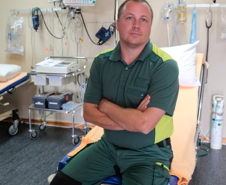 Ambulanssjuksköterskan Jerry Lidberg sitter på en brits i ett akutrum