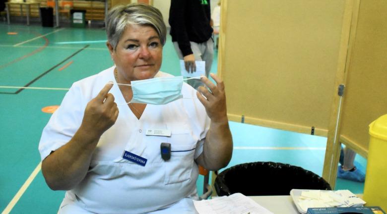 Sjuksköterskan Lena Karlsson vaccinerar i Strängnäs