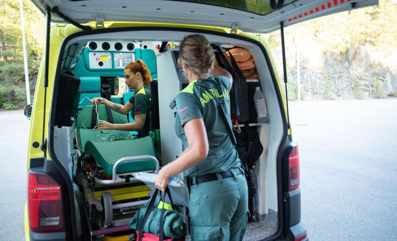 Linda Orrvik, ambulanssjuksköterska, och Åsa Jonsson, ambulanssjukvårdare, förbereder kvällens pass. Foto: Anders G Warne.