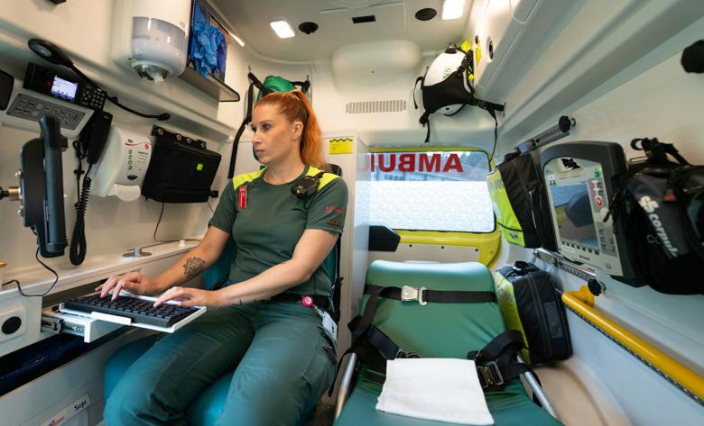 Linda Orrvik, ambulanssjuksköterska, sitter i ambulansen. Foto: Anders G Warne