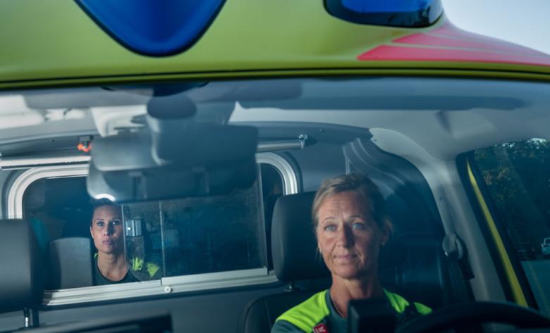 Linda Orrvik, ambulanssjuksköterska och Åsa Jonsson, ambulanssjukvårdare, i ambulansen. Foto: Anders G Warne