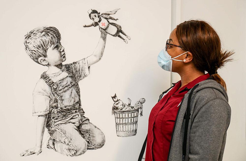 Banksy hyllar sjuksköterskan som superhjälte