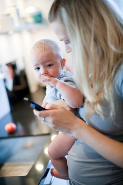 Mammor knyter an till mobilen – istället för bebisen