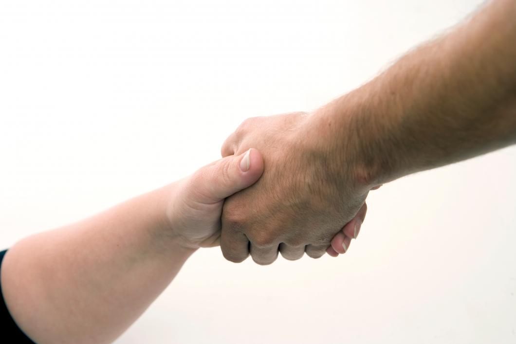 Anmäld för att ha tvingat till sig ett handslag