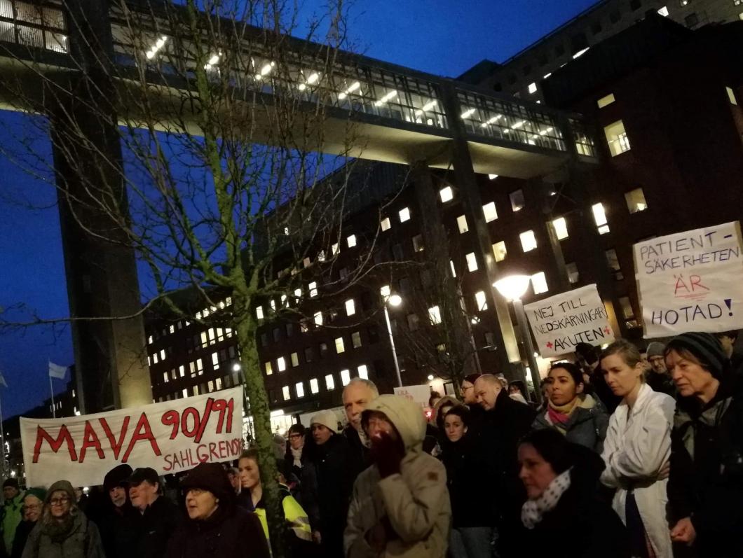 Protester vid Sahlgrenska när budgeten klubbades