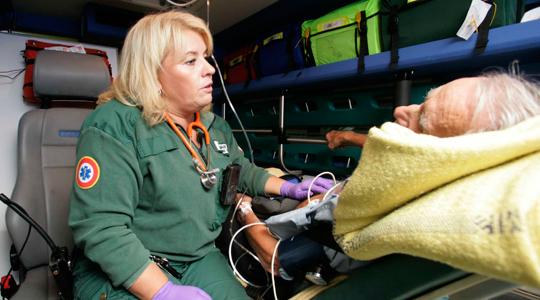 Specialutbildade sjuksköterskor ger bättre smärtlindring i ambulansen