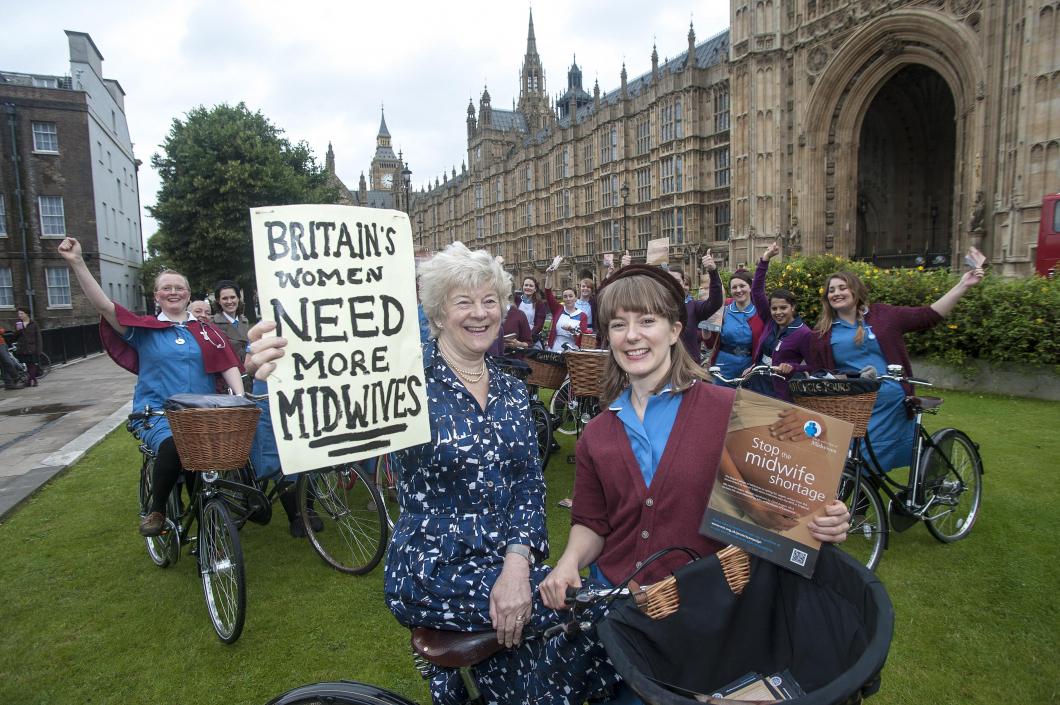 Engelska barnmorskestudenter cyklade för att bli 5 000 fler