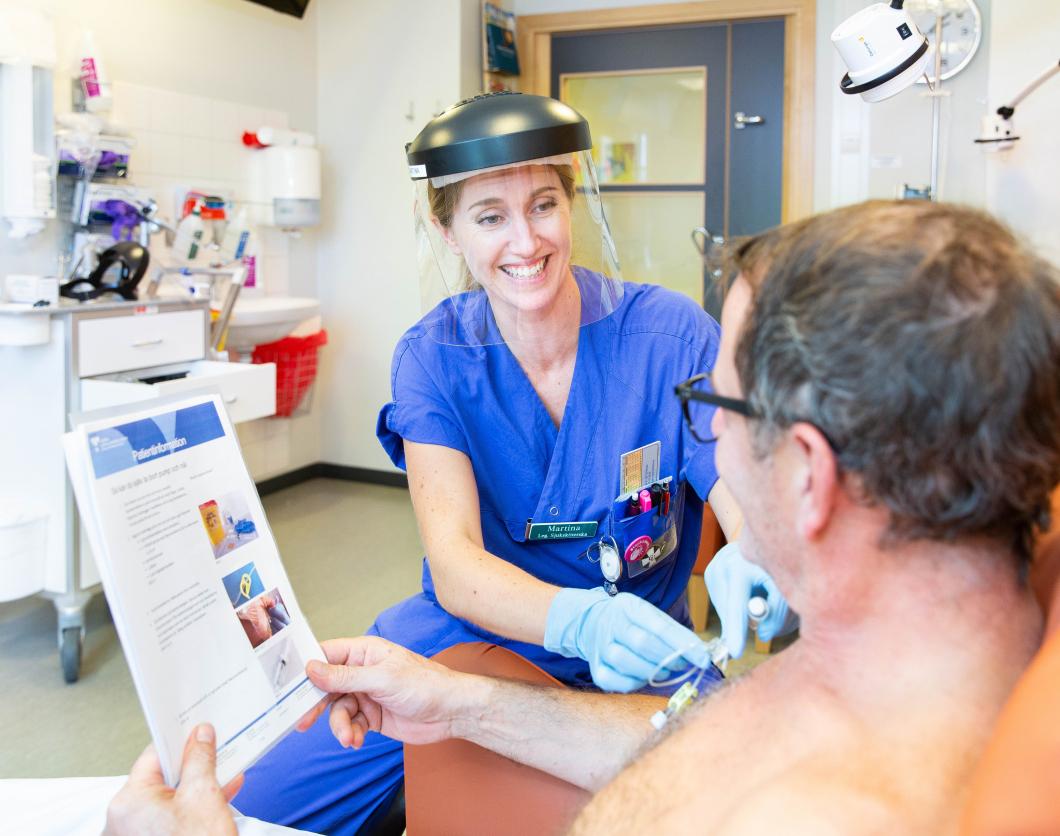 Hon lär patienter koppla loss cytostatikapumpen själv