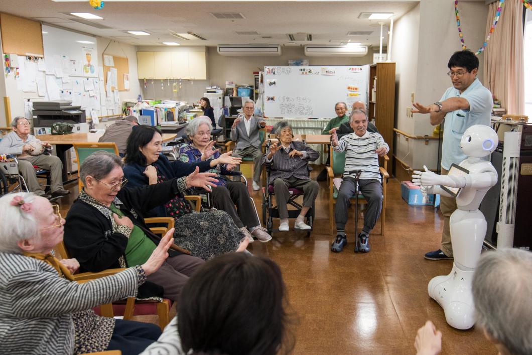Se vårdrobotarna som hjälper till i äldrevården