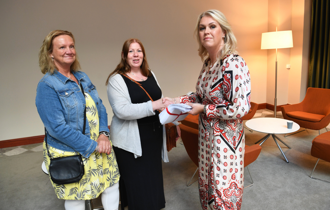 Undersköterskor lämnade över tusentals namnunderskrifter