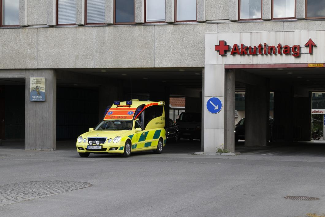 Ambulansen åkte iväg – man dog