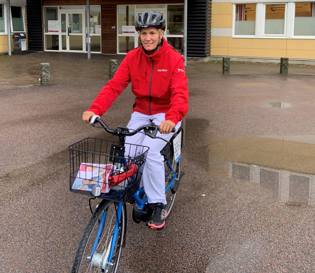 Distriktssköterskan som är ute och cyklar