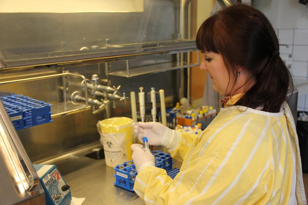 Hon testar för coronaviruset