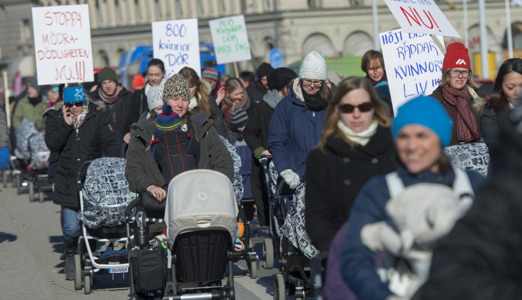 Med barnvagnar på marsch mot mödradödlighet