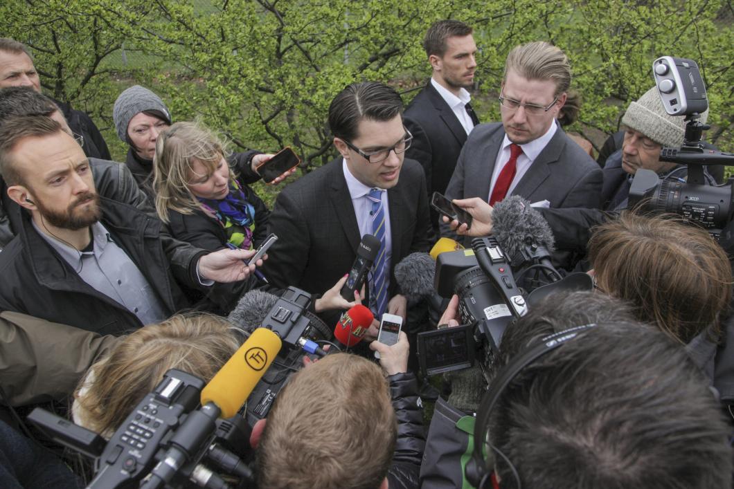 Uppbåd av demonstranter och press mötte Jimmie Åkesson i Malmö