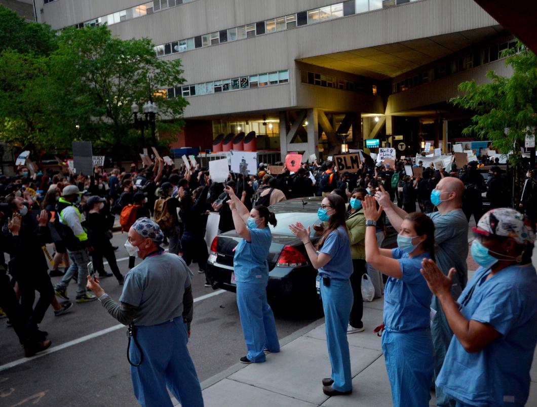 Sjuksköterskor protesterar mot polisvåld i USA