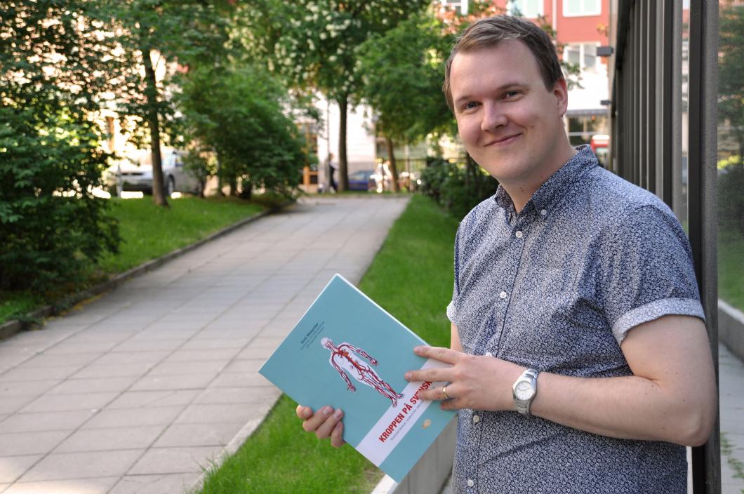 Han hårdtränar utländsk vårdpersonal i svenska